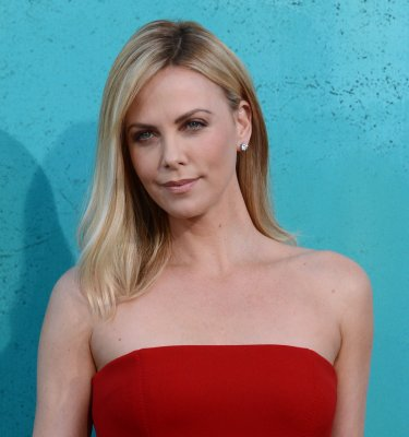 Charlize Theron moves in with Sean Penn