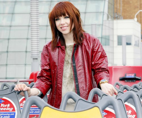 Carly Rae Jepsen debuts new single during 'SNL' gig