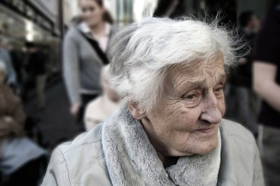 Alzheimer's may be tougher to spot in women, researchers say