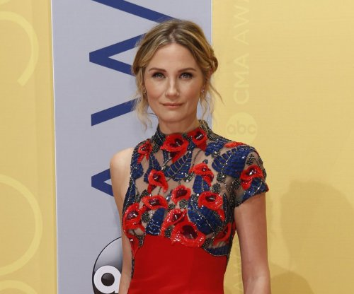 Jennifer Nettles hosts 'CMA Country Christmas'