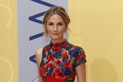Jennifer Nettles hosts 'CMA Country Christmas'