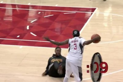 Streetballer Hot Sauce dominates another fan at Atlanta Hawks game