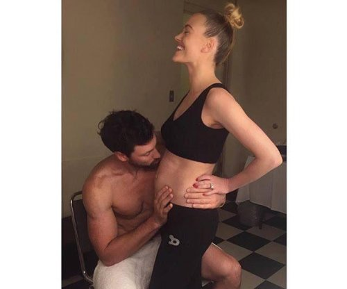 Peta Murgatroyd, Maksim Chmerkovskiy confirm they're expecting