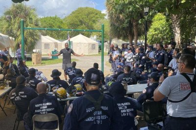 Heat legend Dwyane Wade visits Surfside collapse site, speaks with rescuers