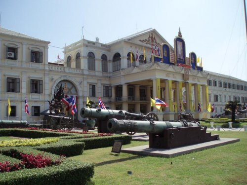 Thai protestors storm Army headquarters