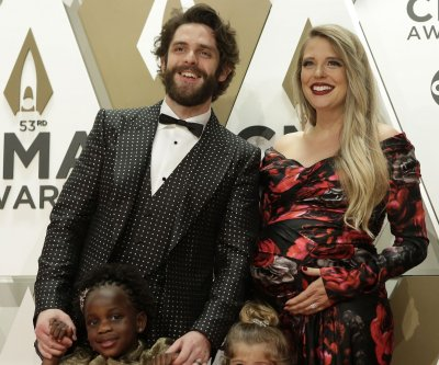 Thomas Rhett, pregnant wife Lauren bring daughters to CMA Awards
