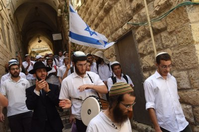 Jerusalem Day marches prompt clashes as Jews allowed to enter Temple Mount