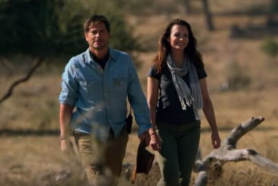 'Holiday in the Wild': Kristin Davis falls for Rob Lowe in first trailer