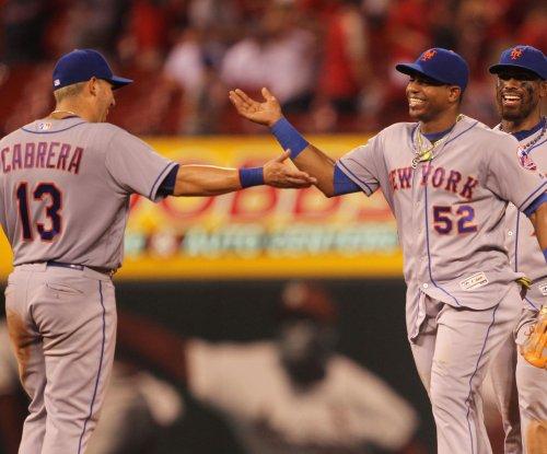 New York Mets SS Asdrubal Cabrera departs with injured knee