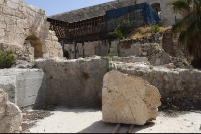 Workers haul away chunk that broke from Jerusalem's Western Wall