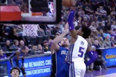 De'Aaron Fox demolishes 7-footer Nikola Vucevic with dunk