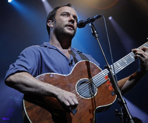 Dave Matthews raises 12th Man flag for Seattle Seahawks fans