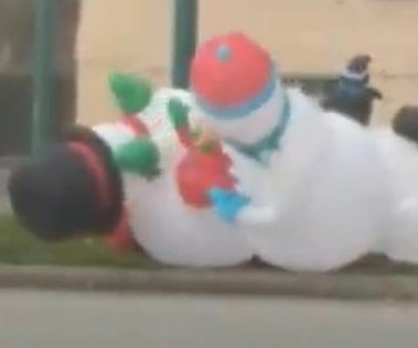 High winds cause inflatable snowmen to 'fight'