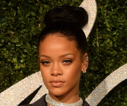 Rihanna previews new song 'Kiss It Better'