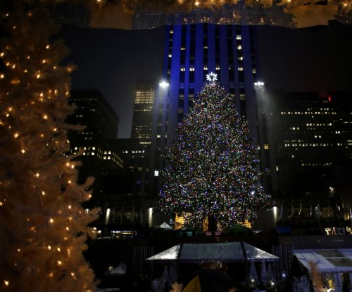 Kate McKinnon, Alec Baldwin help light Rockefeller tree in soggy ceremony