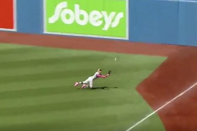Red Sox's Mookie Betts makes incredible diving catch vs. Blue Jays