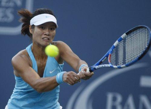 Li downs error-prone Sharapova at Aegon