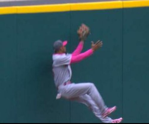 Minnesota Twins CF Byron Buxton exits game with finger injury