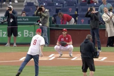 Bruce Willis bounces in first pitch before Phillies game