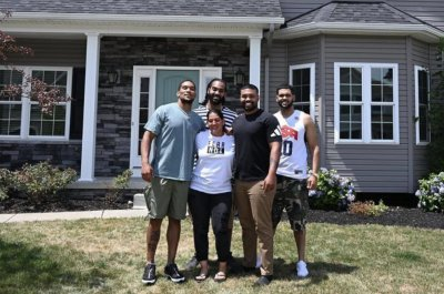 Steelers RB James Conner surprises mom with house