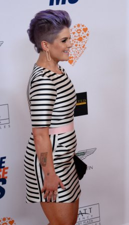 Kelly Osbourne shaves head, leaves mohawk