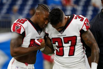 Detroit Lions, Atlanta Falcons players take a knee during national anthem