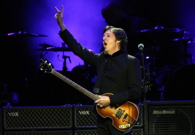 Paul McCartney performs surprise mini-concert in Times Square