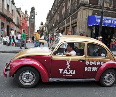 Mexico City taxi drivers protest Uber, company offers free rides