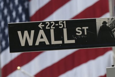 Dow Jones reverses 500-point loss as stocks hold flat