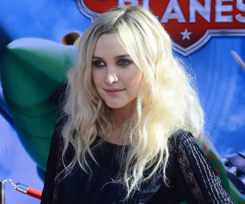 Ashlee Simpson shows off pregnant belly, frequents ballet-inspired fitness class