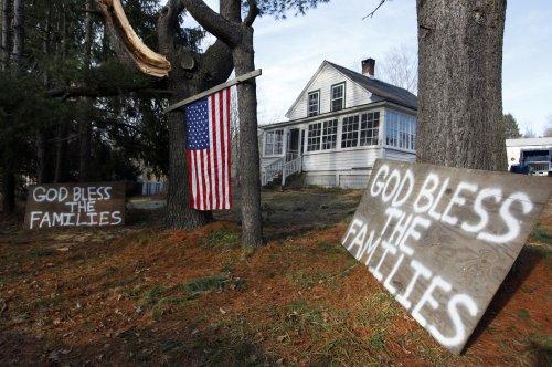 Obama to visit massacre victims' families