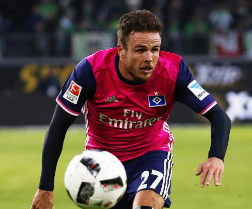 Hamburg soccer star Nicolai Müller scores, hurts knee in celebration