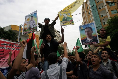 Palestinians welcome returning prisoners