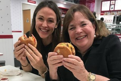 Jennifer Garner eats at In-N-Out with chef Ina Garten