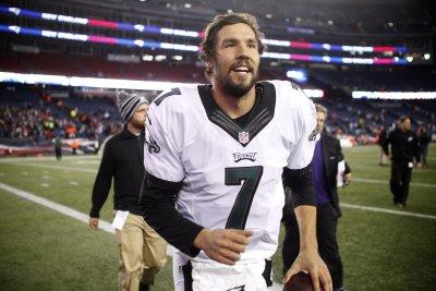 Eagles' Sam Bradford ends holdout he started after Carson Wentz pick