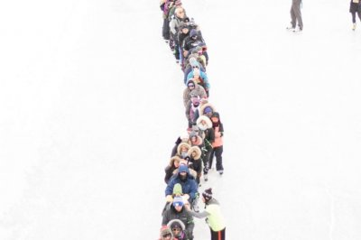 Human chain of ice skaters sets Guinness record