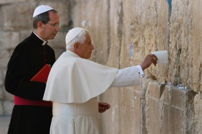 Pope seeks better relations with Jews