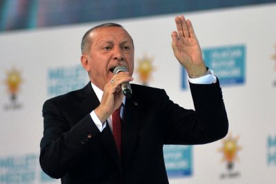 U.S. withdrawal prompts Turkey to delay anti-terror offensive in Syria