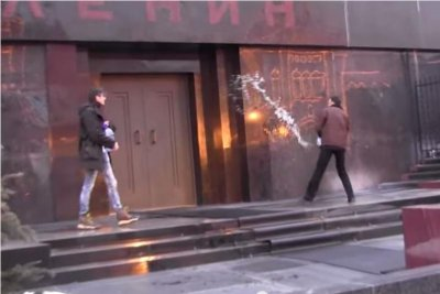 Two arrested for throwing holy water at Lenin's tomb