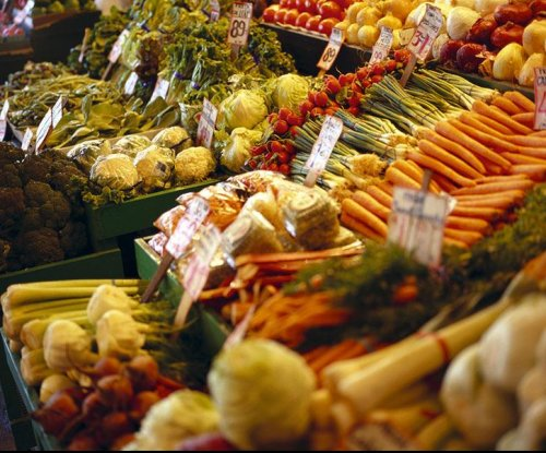 Poll: Americans split on value of organic, GM foods