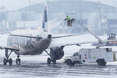 假日旅游:雪取消数百个航班的美国,延误数千