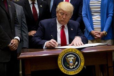 Trump to supporters: The media deserves a 'big, fat, failing grade'
