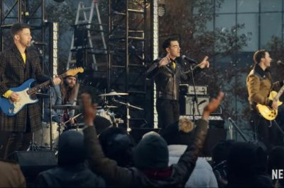 'Dash & Lily': Jonas Brothers perform in preview of Netflix series