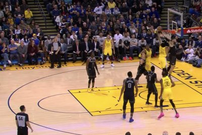 Warriors' Shaun Livingston dunks on Blake Griffin