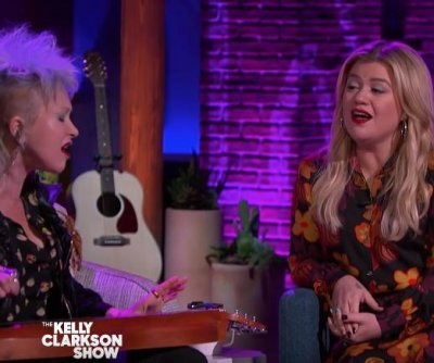 Cyndi Lauper, Kelly Clarkson perform duet of 'True Colors'