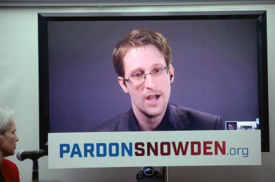 "Snowden: Report of U.S. return as ""gift"" disprove Russian spy claims"