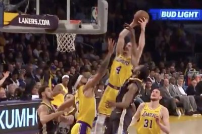 Lakers' Alex Caruso dunks over Warriors' Kevin Durant, Klay Thompson