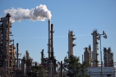 Report reveals elevated benzene levels at 10 U.S. oil refineries