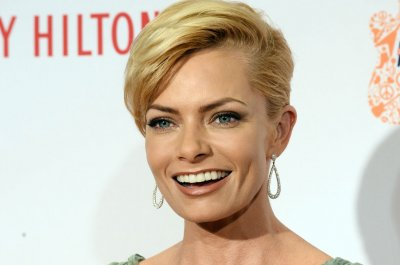 'Mom' star Jaime Pressly pregnant with twins