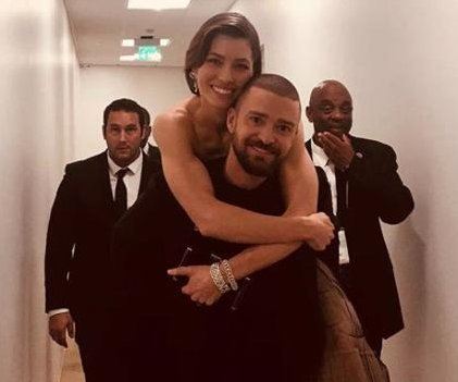 Justin Timberlake gives Jessica Biel piggyback ride to Globes after-party